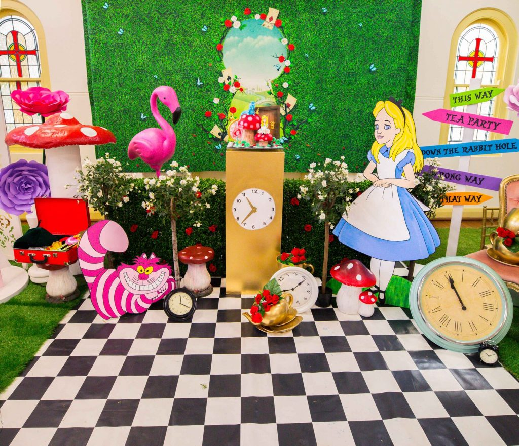 Alice in wonderland party feature lifes little celebration - Alice in the wonderland party decorations ...